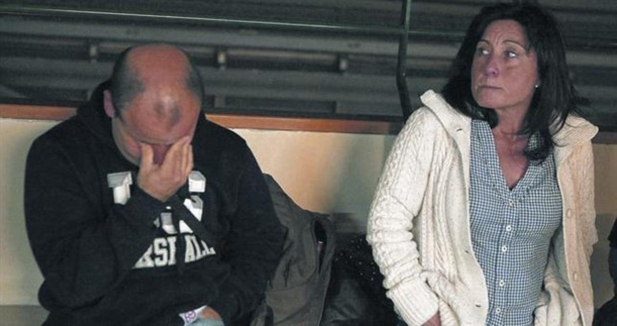 Un primo y una cuñada de Óscar Sánchez muestran su desolación en los juzgados de Nápoles, ayer por la tarde, al conocer la decisión judicial de no concederle la libertad provisional.