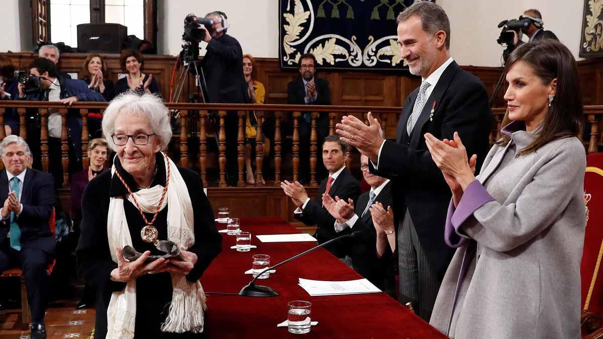 Ida Vitale rep el premi Cervantes 2018 en una cerimònia presidida pels Reis