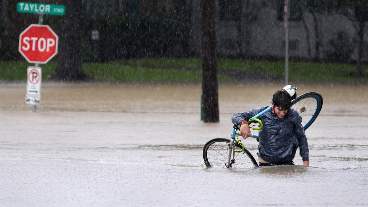 La tormenta tropical Harvey ha cumplido con su amenaza destructiva causando inundaciones sin precedentes en el sureste de Texas.