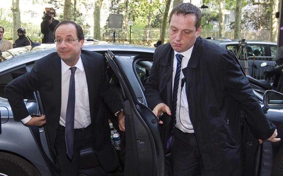 François Hollande sale de su vehículo, este lunes en París, a su llegada a la sede del Partido Socialista.