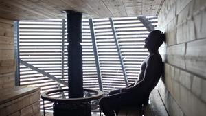 El actor finlandés Jasper Paakkonen se relaja dentro de una sauna en Helsinki, en julio del 2016.