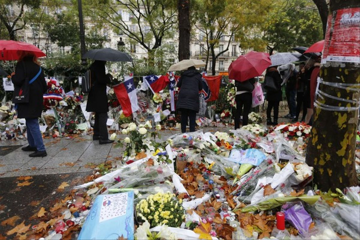 Flores, velas y mensajes como tributo a las victimas de la discoteca Bataclan en París, uno de los sitios que sufrió los ataques terroristas.