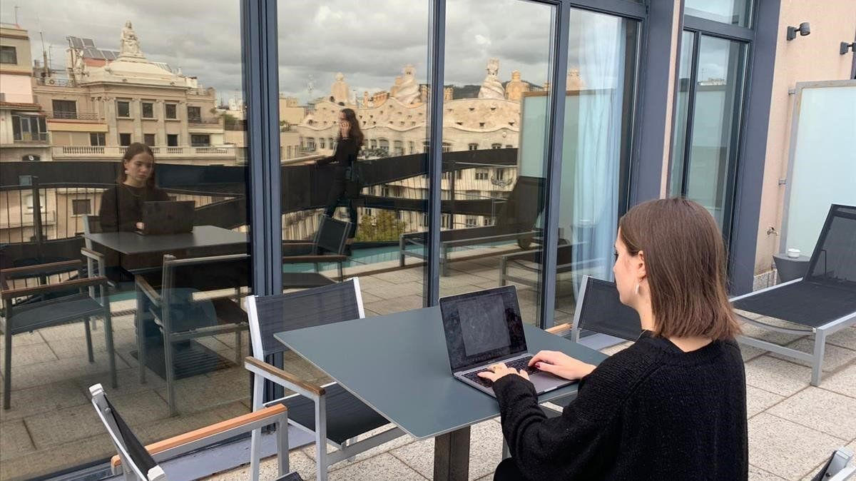 Teletrabajoen la azotea del Suites Avenue, en paseo de Gràcia.
