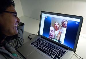 Una mujer habla con su familia a través de Skype.