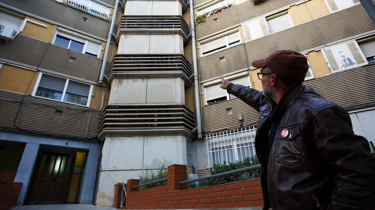 El presidente de la Asociación de Vecinos de Badia, Juan José Díaz, muestra uno de los edificios.
