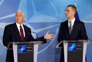 El vicepresidente de EEUU,Mike Pence, y el secretario general de la OTAN, Jens Stoltenberg, durante su rueda de prensa conjunta en Bruselas.