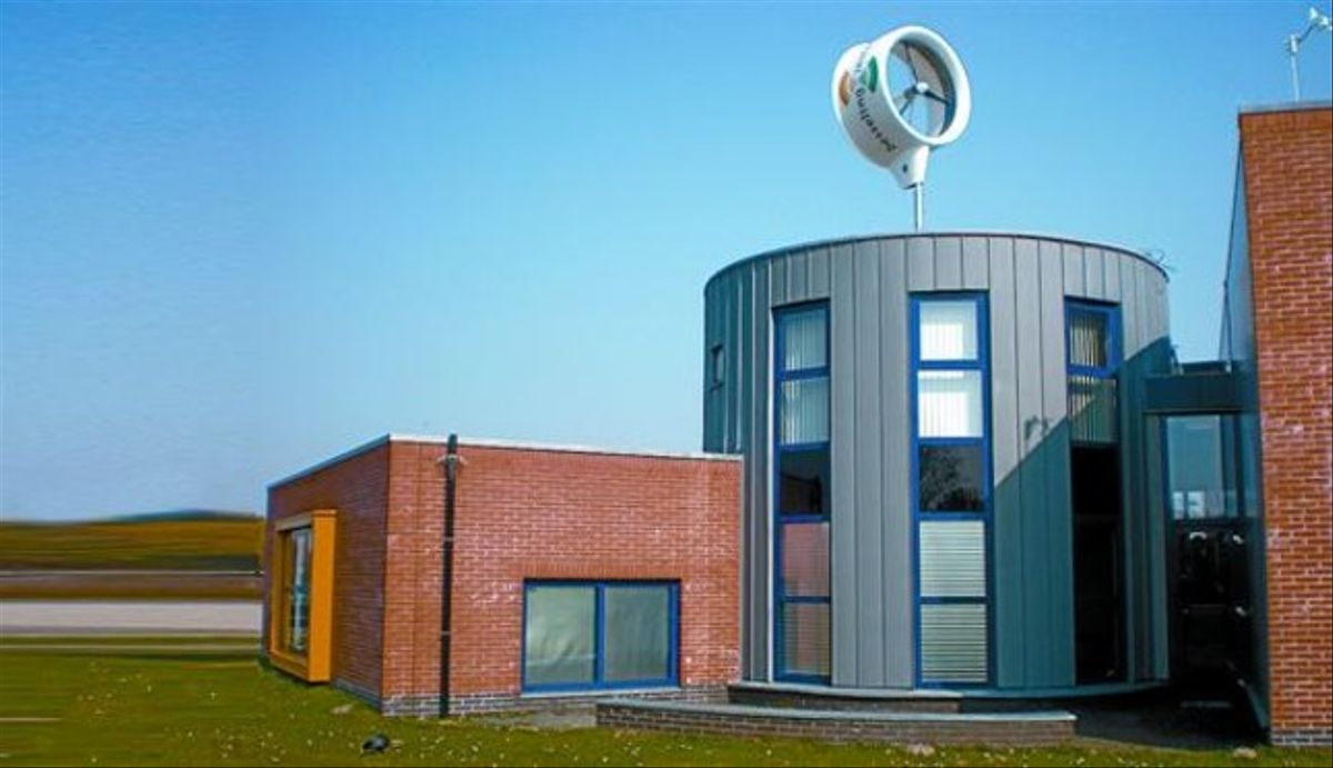 Un miniaerogenerador en el tejado del que se conoce como Edificio de la Energía, en Rotterdam.