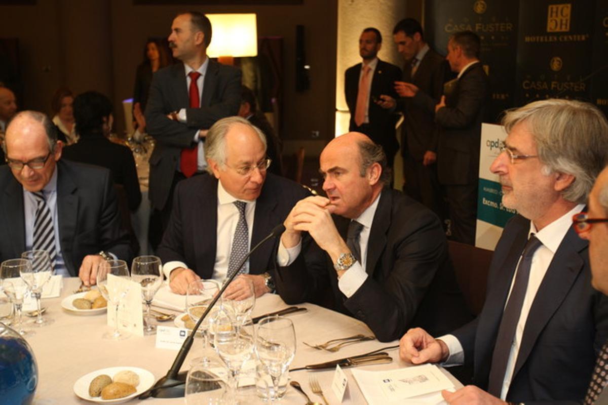 El ministro Luis de Guindos, con Pedro Fontana (izquierda), presidente de Áreas; Joan Maria Nin, consejero delegado de CaixaBank, y el abogado Emilio Cuatrecasas, en la comida en el Hotel Casa Fuster de Barcelona.