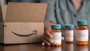 Medicamentos, junto a una caja de envíos de Amazon, en Estados Unidos.
