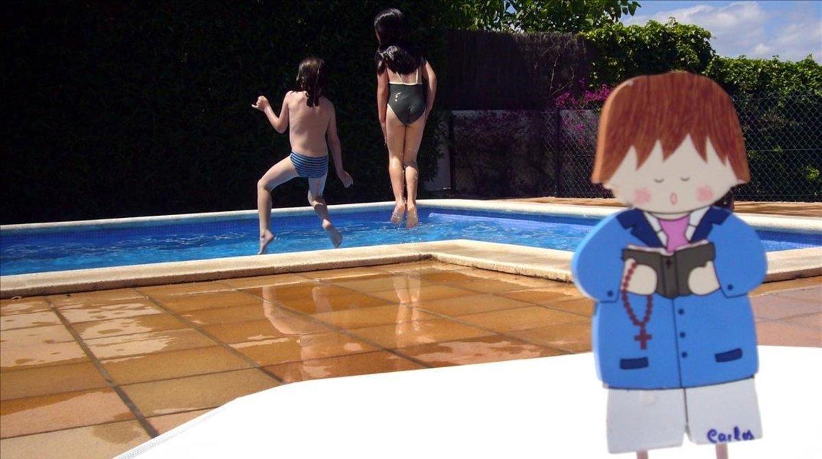Dos niñas celebran la primera comunión de un familiar, en un hotel con piscina.