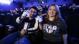Dos asistentes a la Maratón Star Wars en los cines Balmes.