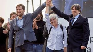 De izquierda a derecha, Toni Comín, Clara Ponsatí y Carles Puigdemont, este sábado en el acto delConsell per la República en Perpinyà.