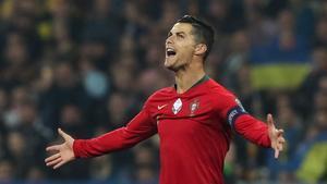 Cristiano Ronaldo con la camiseta de Portugal durante el Partido contra Ucrania.