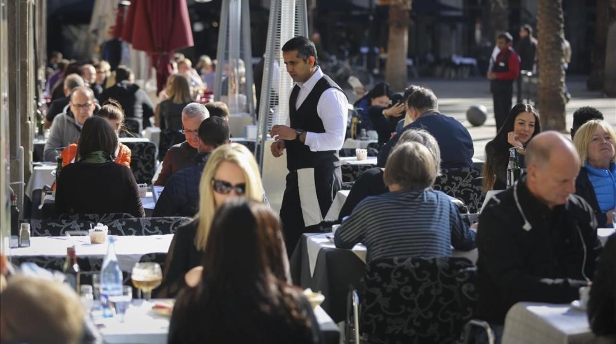 Camareros en una terraza de laPlaca Reial.