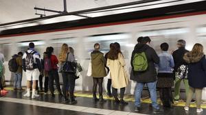 Pasajeros, en la estación de metro en plaza de Espanya.