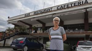 Maria Dolors posa en el aparcamiento de su hotel restaurante, en Medinyà, a los pies de la N-II