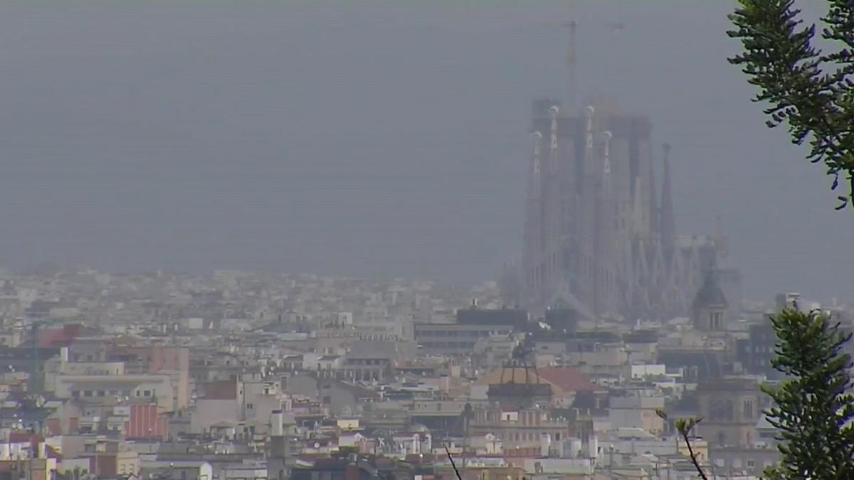 La lluvia ayuda a limpiar el cielo de Barcelona de la capa de polvo africano.
