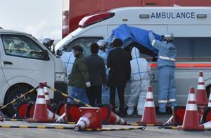 Personal médico atienden a pasajeros sospechosos de tener coronavirus en el crucero 'Diamond Princess'.