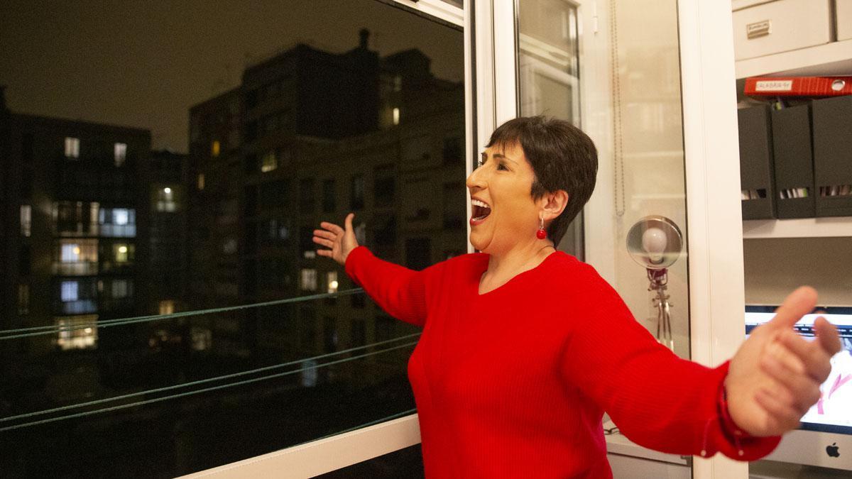 La soprano Begoña Alberdi canta al cuerpo los sanitarios cada día después de los aplausos desde su balcón.