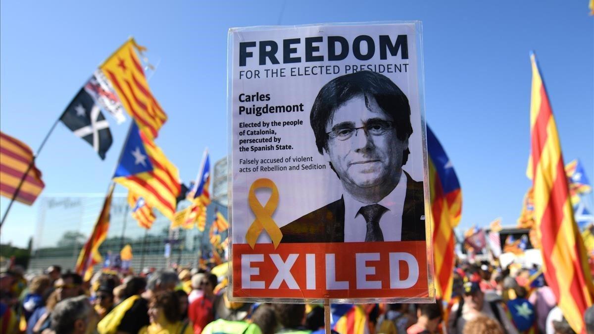 Manifestantes independentistas en Estrasburgo, el día de la constitución del Parlamento Europeo, el pasado 2 de julio, con pancartas de Puigdemont.