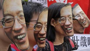 Manifestantes con caretas de Liu Xiaobo en Hong Kong, el 27 de junio.