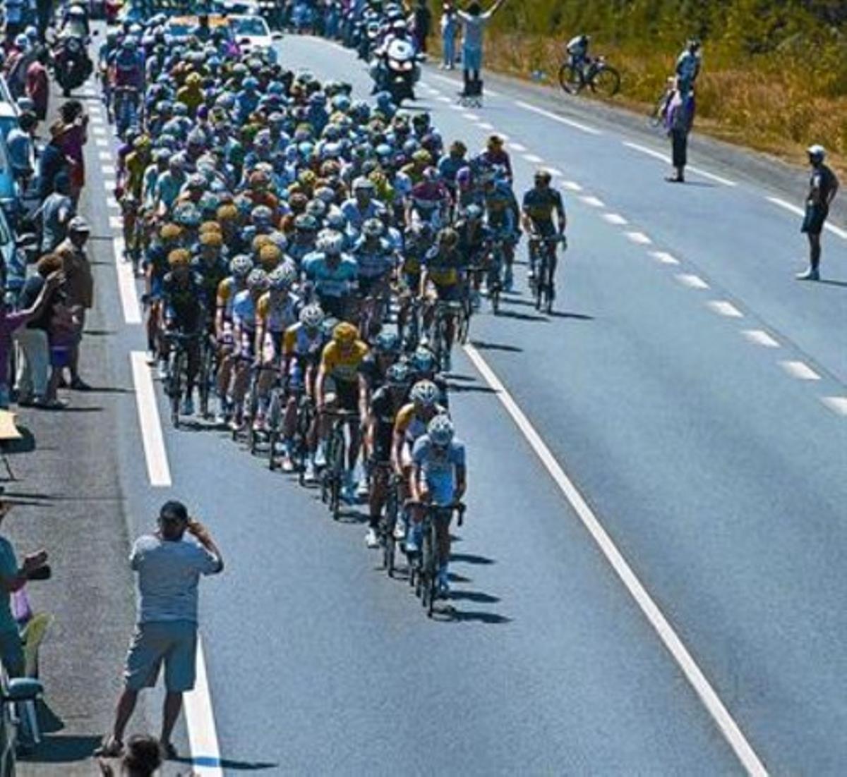 El pelotón rueda, protegiéndose del viento, en la etapa de ayer en la Bretaña francesa.