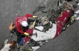 Inspección de restos del avión de Germanwings.