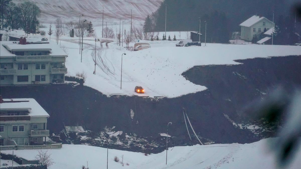 Un coche se detiene en el filo de un socavón provocado por el corrimiento de tierra en Gjerdrum.