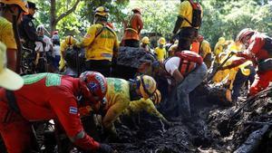 Equipos de emergencia intervienen en el lugar donde se ha registrado el corrimiento de tierras.