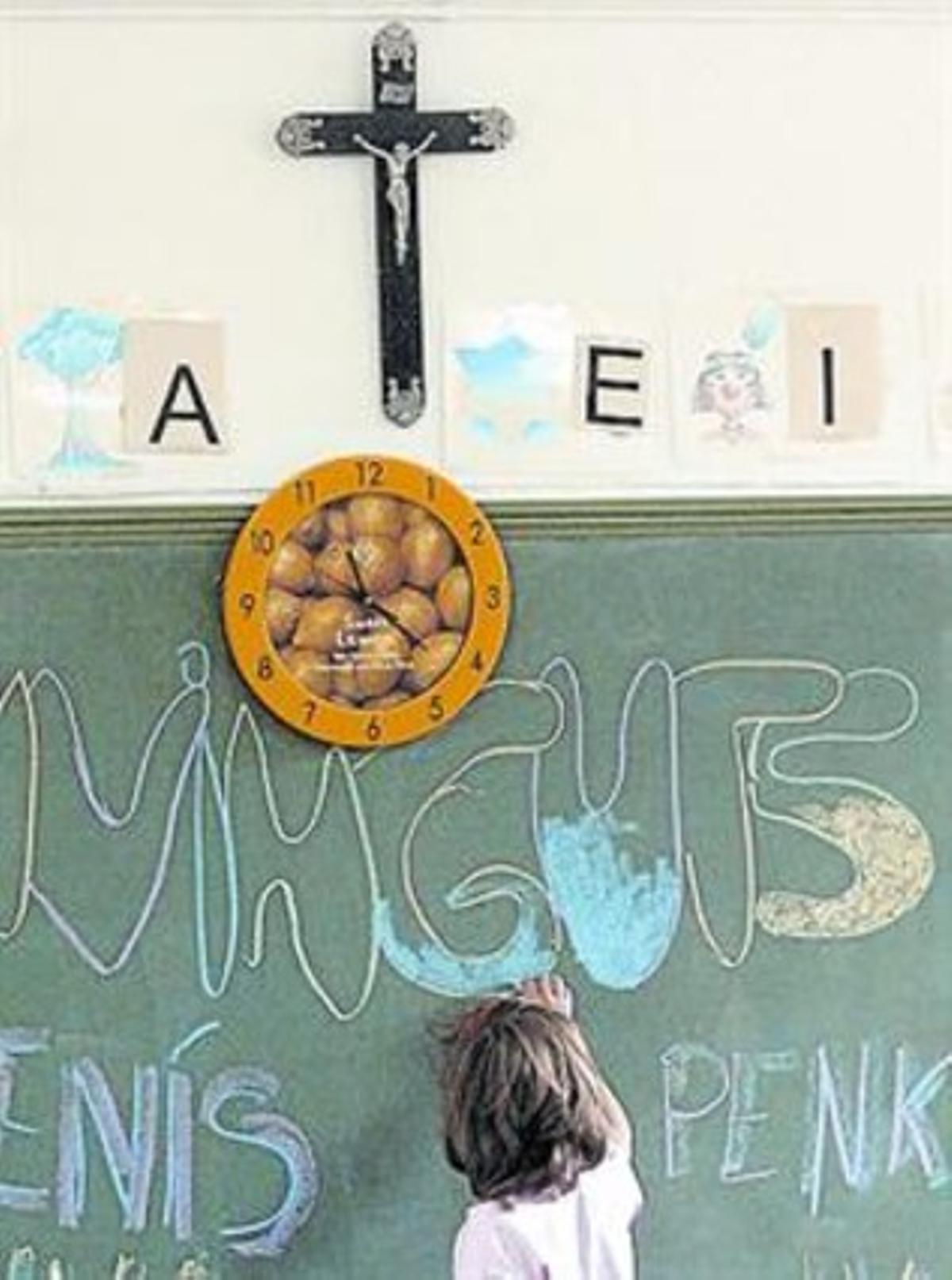 Un aula con crucifijo en Ivorra (Segarra).