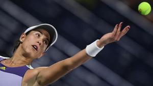 Muguruza sirve en su duelo ante Clijsters en Dubai.