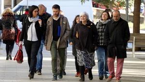 El tercer tinent d'alcalde de Badalona, José Téllez, quan arribava aquest matía la Ciutat de la Justícia acompanyat de la seva advocada; l'alcaldessa de la ciutat, Dolors Sabater, i altres membres del governmunicipal.