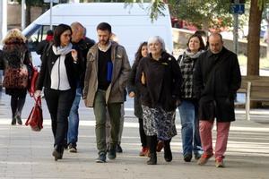 El tercer teniente de alcalde de Badalona, José Téllez, al llegar esta mañana a la Ciutat de la Justícia acompañado de su abogada; la alcaldesa de la ciudad, Dolors Sabater, y otros miembros del gobierno municipal.