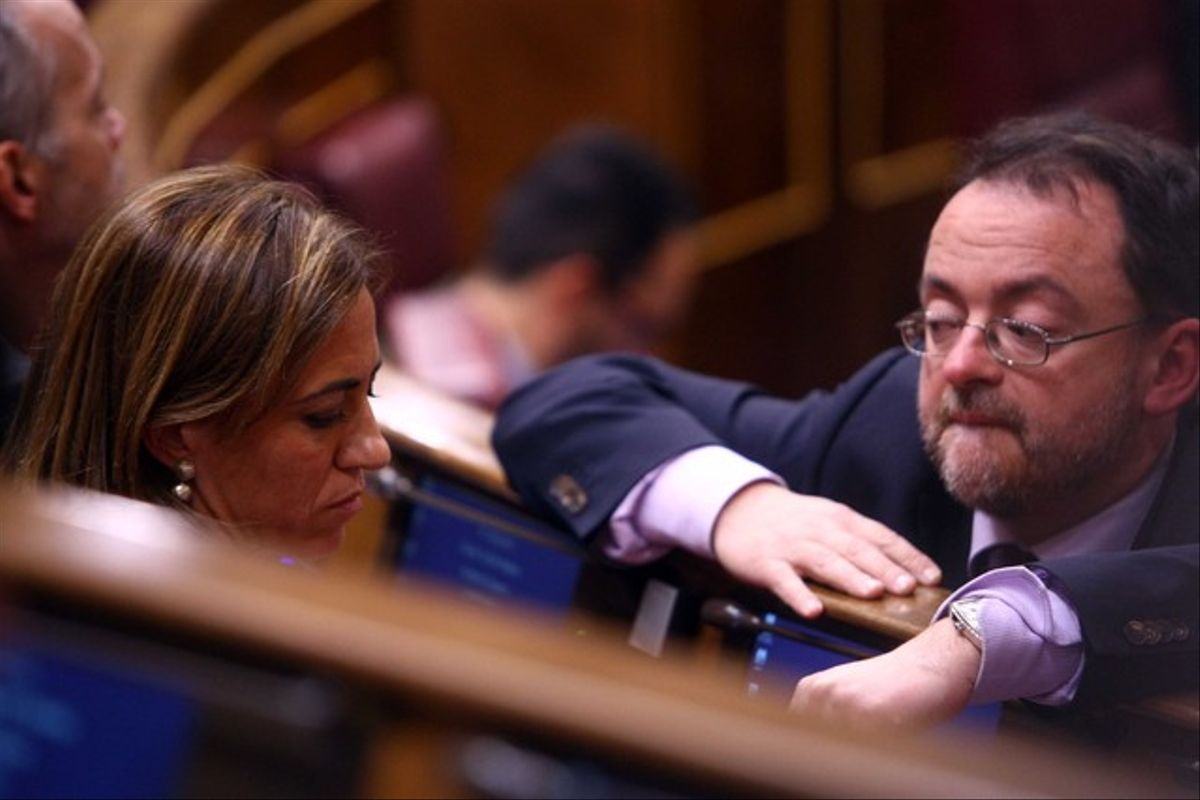 Daniel Fernández habla con Carme Chacón, en el Congreso de los Diputados, en enero del 2012.