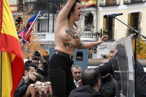 Multan a una activista de Femen que irrumpió en un acto de la Falange