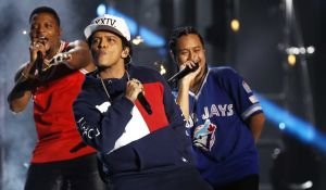 Bruno Mars, durante su actuación en los premios MTV Europe Music.