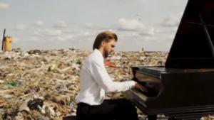El pianista ruso Pavel Andreev ofrece un concierto en un vertedero de San Petersburgo