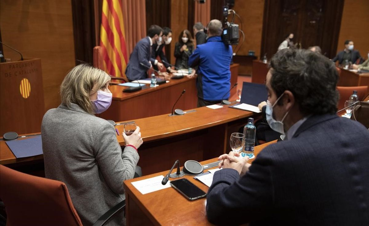 Reunión de la mesa de partidos en el Parlament. En primer término, Alba Vergés.