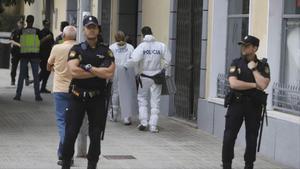 Agentes de la Policía Científica entran en el edificio donde fue asesinada Isabell Elena Raducanu.