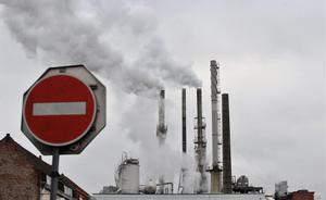 Humo saliendo de las chimeneas de una empresa de alimentación en Santes, en el norte de Francia.