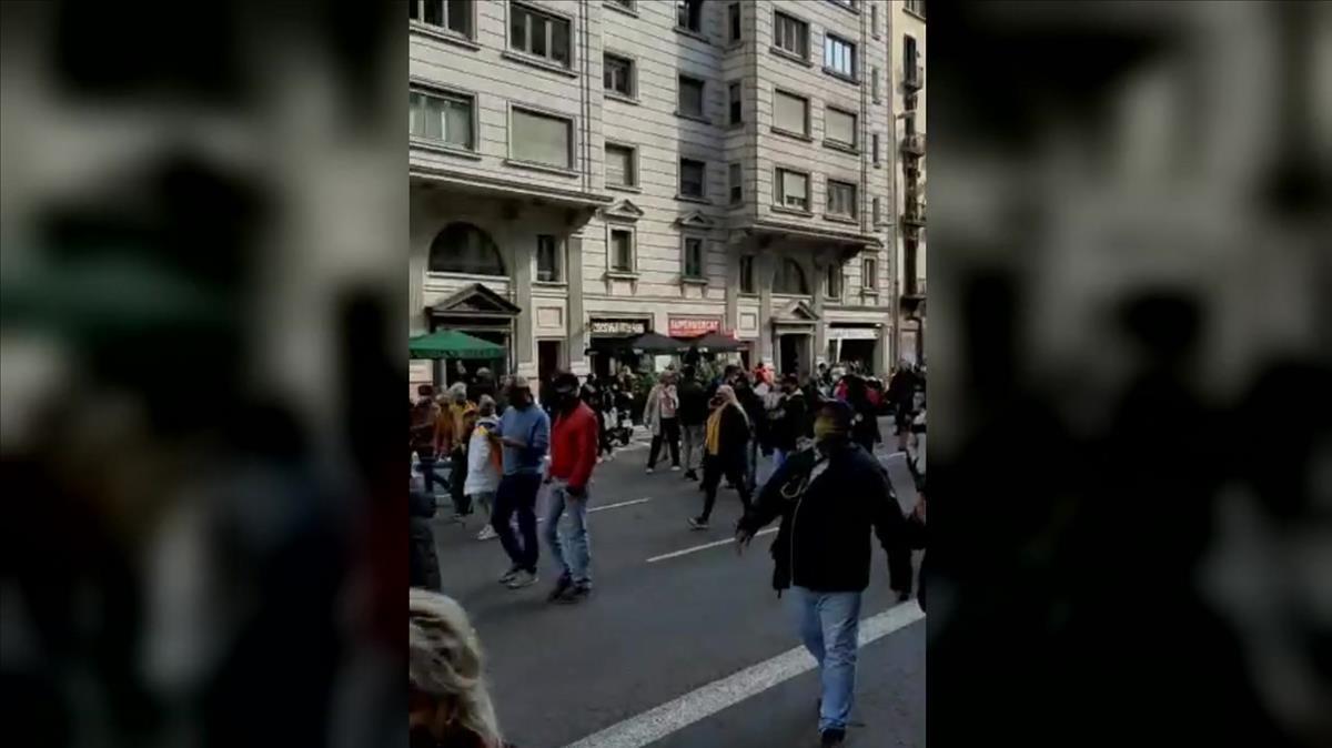 Una manifestación contra Colau atasca el centro de Barcelona