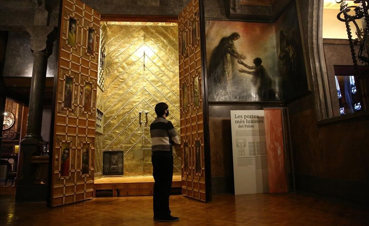 El salón central del Palau Güell con las puertas del altar decoradas por Aleix Clapés y, a la izquierda, la pintura dedicada a Santa Isabel de Hungría.