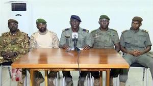 Un grupo de militares golpistas de Malí leen, este miércoles, un discurso en la televisión estatal.