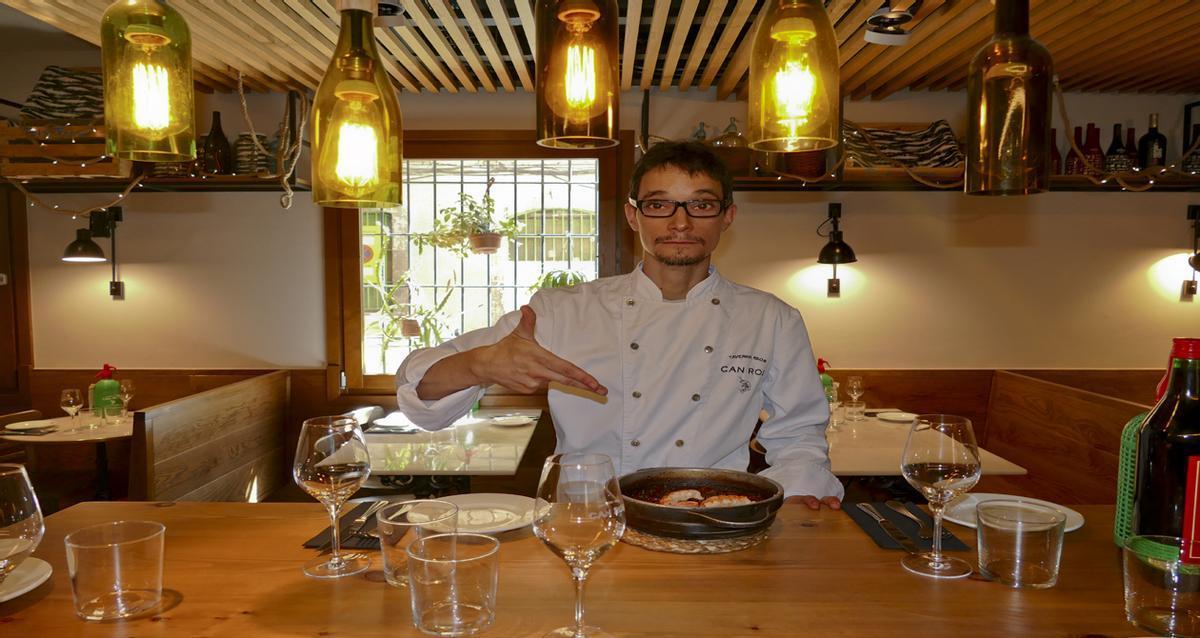Jordi Ballester, de Can Ros, explica cómo prepara un arroz con 'capipota' y langostinos.