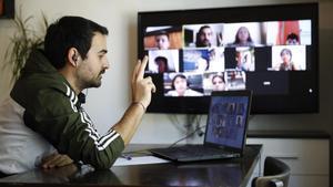 Raúl Galarza, profesor de sexto de Primaria de la escuela La Llacuna, en Barcelona, mantiene este jueves una clase virtual con sus alumnos.