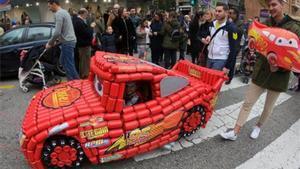 Miles de personas arrastran latas para llamar a los Reyes en Algeciras.