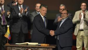 Juan Manuel Santos (izquierda) saluda a Rodrigo Londoño, 'Timochenko'.