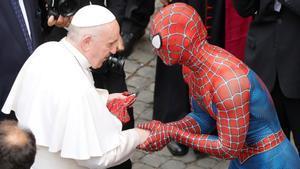 El papa Francisco saluda a una persona disfrazada de Spiderman en el Vaticano.