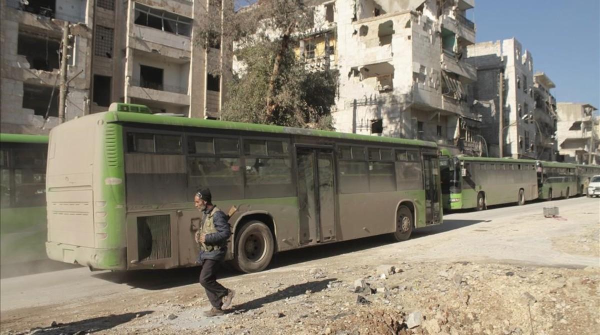 Imagen de archivo de un autobús preparado en Alepo para una evacuación de civiles en diciembre del 2016.