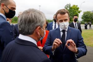 El presidente francés, Emmanuel Macron, habla con el presidente de la región Hauts-de-France, Xavier Bertrand, antes de visitar la factoría de Envision en Douai, este lunes.